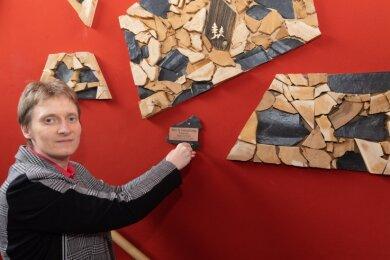 Leiterin Eva Blaschke mit den neusten Exponaten des Museums Oberwiesenthal: Arbeiten des Rindenschnitzers Siegfried Kahl.