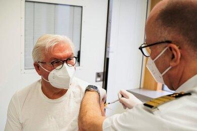 Bundespräsident Frank-Walter Steinmeier (links) wurde am Donnerstag im Bundeswehrkrankenhaus mit dem Impfstoff von Astrazeneca gegen das Coronavirus geimpft.