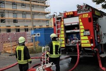 """Gegen 6.30 Uhr musste noch einmal die Besatzung eines Tanklöschfahrzeuges der Flöhaer Feuerwehr ausrücken. Dämmmaterial in den Dachbalken hatte sich erneut entzündet. Die Flöhaer rückten dann noch ein drittes Mal aus: Die Brandmeldeanlage im """"Fritzenhof"""" hatte ausgelöst - Fehlalarm."""
