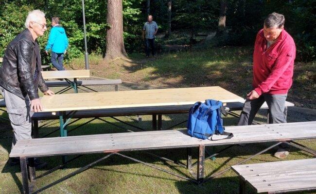 Auf der Fläche des Festgeländes vor der Waldbühne aktiv sind auch Fritz Kaiser, links und Werner Sieber. Sie geben dem Gelände mit Bänken und Tischen den Charakter eines zünftigen Frühschoppens.