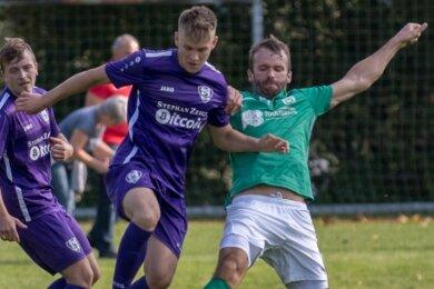 Die Lichtenberger Kicker, hier mit Torsten Hauswald (r.), holten am Sonntag den vierten Sieg im fünften Spiel.