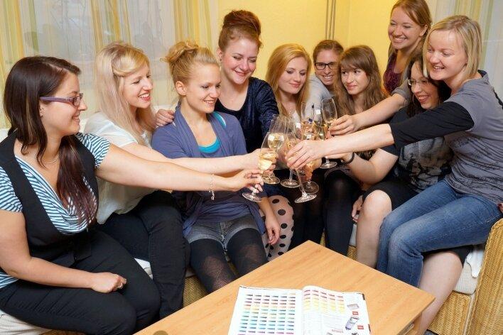 Zum vorerst letzten Mal stößt Liene Queck (rechts) mit ihren Freundinnen an.