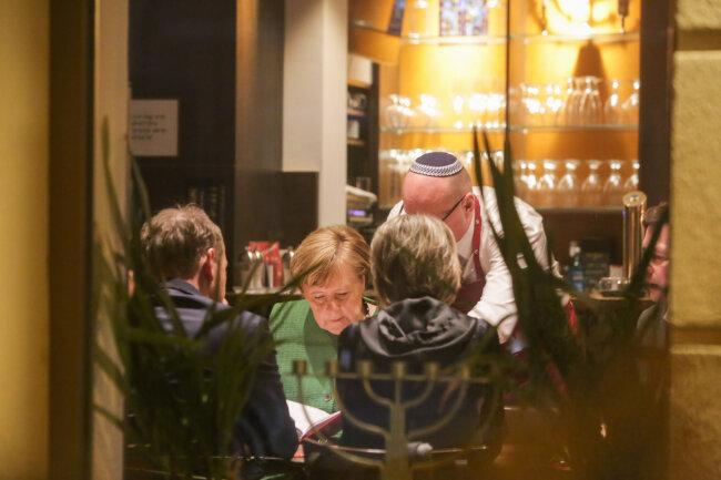Angela Merkel beim Abendessen im Restaurant Schalom.
