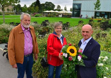 Carola Manthey ist die 333.333 Besucherin der Landesgartenschau in Frankenberg. Am Donnerstagvormittag wurden und ihr Mann Hans-Peter vom Geschäftsführer der Landesgartenschau-Gesellschaft, Lutz Raschke (r.), begrüßt. Und natürlich gab es zur Gratulation einen Blumenstrauß.