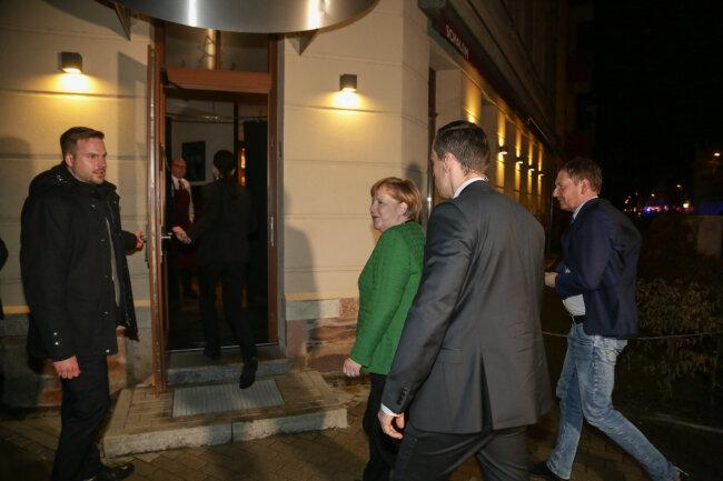 Angela Merkel am Eingang des Chemnitzer Restaurants Schalom.