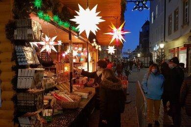 Der Weihnachtszauber in der Freiberger Innenstadt geht auch am Dienstag weiter.