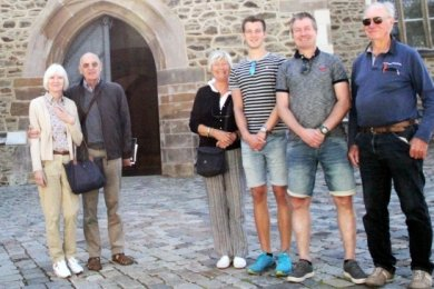 Auf ihrer Tour machte Familie Oswald - im Bild Henk, Rikus, Gijs und Maaike (v. r.) - auch bei Pfarrer Frank Meinel (l.) im Bergmannsdom zu Schneeberg Station. Eingeladen hatten die Niederländer, die Fliesen herstellen, Hartmut Schnorr von Carolsfeld und seine Partnerin Karin Steinbach.