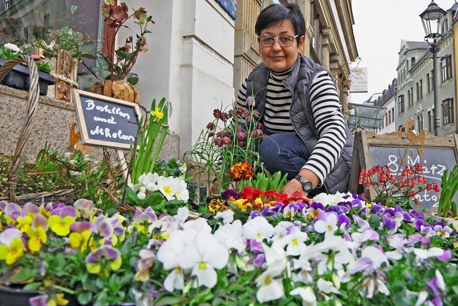 Blumenhändlerin Elke Meier aus Zwickau profitiert von den am Mittwoch angekündigten Lockerungen. Lange genug musste die Unternehmerin ihren Laden geschlossen halten. Dennoch genügt das der IHK nicht. Die Kammer verlangt, dass alle Einzelhändler wieder öffnen dürfen.