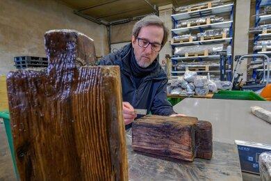 Vorsichtig packt Restaurator Andree Forßbohm die jahrhundertealten Hölzer aus.