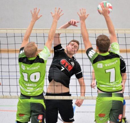 Umsonst gestreckt: Yannick Schäfer (l.) und Moritz Weigert (r.) von den Si-Volleys konnten in der Heubnerhalle gegen den 1. VV Freiberg II und Dominik Neubert keinen einzigen Satzgewinn verbuchen.