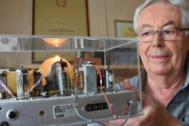 Eines der Radios, an denen Rundfunkmechaniker-Handwerksmeister Peter Trägner getüftelt hat: Ein ehemaliger Volksempfänger, den er in den 1980er-Jahren auf den damaligen technischen Stand gebracht hat.