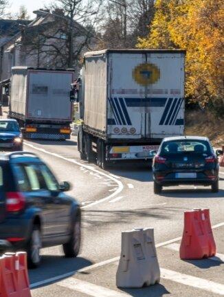 Täglich 6200 Fahrzeuge rollen durch Reitzenhain. Doch die Einwohner müssen noch lange auf eine mögliche Entlastung warten.