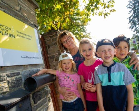 Nora, Jule, Oskar und Evan (von links) besuchen die Oberlosaer Kita mit dem neuen Name Kemmlerzwerge. Gemeinsam mit Erzieherin Ines Frister feierten sie am Montag eine kleine Namensparty.