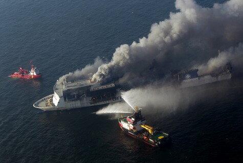 Fähre auf der Ostsee nach Explosion in Brand geraten