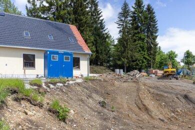 Die Arbeiten zur Erweiterung der DRK-Bergrettungswache in Oberwiesenthal haben begonnen. Am bisherigen Gebäude wird zum Beispiel das Dach neu gedeckt, auf der Fläche daneben entsteht in den nächsten Monaten der Anbau mit der Fahrzeughalle.