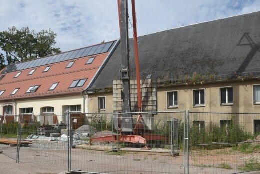 Das Gebäude der Hofscheune II (rechts) im Rittergut Rabenstein soll ähnlich saniert werden wie 2018 bis 2020 die Hofscheune I (links).