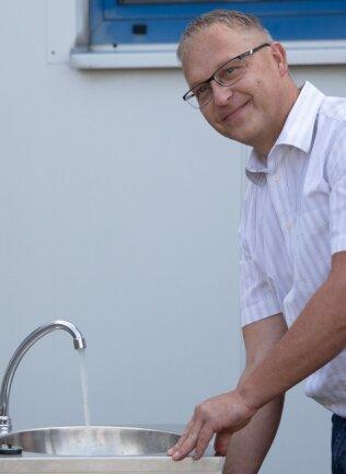 Händewaschen überall: Die Fat GmbH hat eine mobile Waschbeckenanlage entwickelt. Im Bild: CDU-Bundestagsabgeordneter Alexander Krauß (l.), der sich bei Betriebsleiter Thomas Weber über die Innovation informierte. Die Anlagen sind aus wetterbeständigem Material und können so vor allem im Außenbereich zum Einsatz kommen.