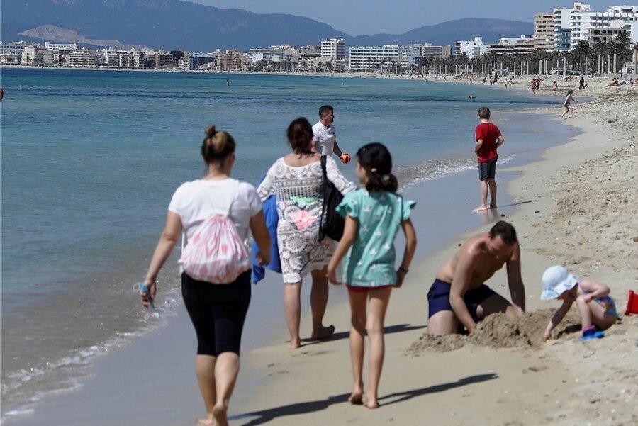 Spazieren gehen am Strand von El Arenal: Auf Mallorca war Erholung am Meer statt Party angesagt.