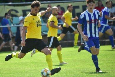 André Lorenz (links) und seine Rabensteiner Teamkollegen setzten sich zum Auftakt der neuen Landesliga-Saison gegen Mittweida (im Foto rechts: Paul-Luis Eckhardt) durch.
