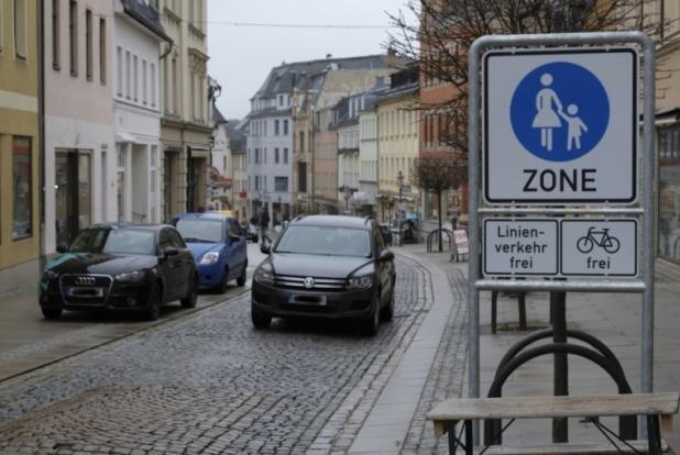 Die bisherige Fußgängerzone in der unteren Zwickauer Straße von oben gesehen.