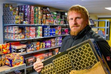 Vor mehr als acht Jahren gründete der Eibenberger Stephan Boden die Firma Colorfulpyro - hier in seinem Verkaufsraum. Kurz vor Silvester war bundesweit der Verkauf von Böllern verboten worden. Am Montagabend untersagte der Erzgebirgskreis komplett das Abbrennen von Feuerwerkskörpern im öffentlichen Raum.