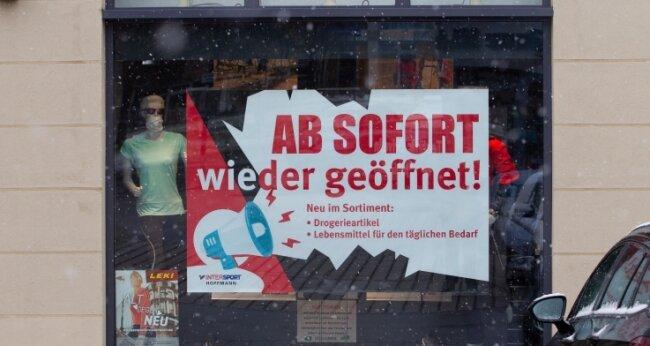 Am Schaufenster und auch im Internet wirbt Intersport Hopfmann für die Wiedereröffnung.