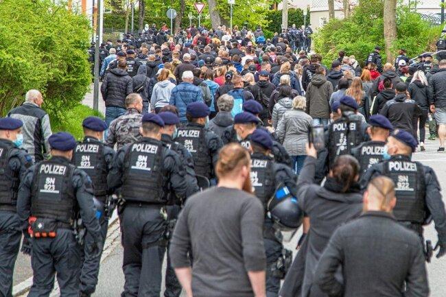 Nachdem sich die Teilnehmer des Montagsspaziergangs auf dem Markt getroffen hatten, ging es weiter in die Heinrich-Heine-Straße, begleitet von der Polizei. Später wurde der Aufzug gestoppt.