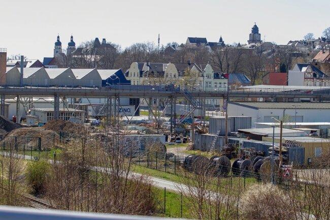 Der Gewerbestandort Hammerstraße von der Streichholzbrücke aus fotografiert. Dort gibt es noch Lücken, die für kleinere Vorhaben nutzbar wären. Insgesamt sind Plauens Gewerbegebiete zu locker bebaut.