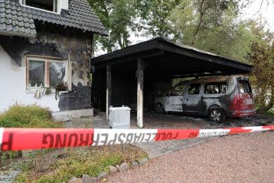 An der Rabensteiner Straße griff das Feuer in der Nacht zu Mittwoch vom Carport auf das Wohnhaus über.