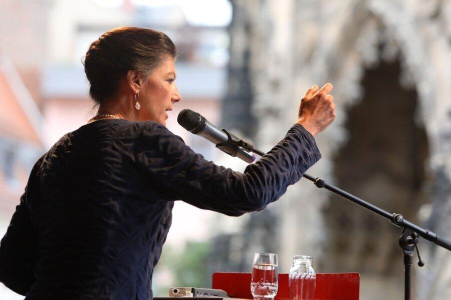 """""""Perverse Verarschung"""": Sahra Wagenknecht redet sich vor dem Zwickauer Dom in Rage."""