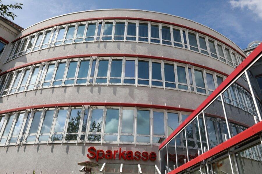 Wenn nun bald wieder Leben in die einst vom Finanzamt Zwickau genutzten Büroräume im Sparkassenzentrum Hohenstein-Ernstthal einzieht, dürften sich auch Gastronomen und Händler freuen.