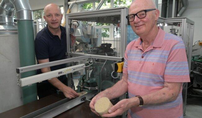 Pinselfertigung im Wandel der Zeiten. Andreas (l.) und Hans-Jürgen Müller an einer Maschine, auf der heute bei Mühle die Haarmischungen für Rasierpinsel zusammengestellt werden.