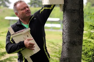 Heiko Helbig hat 35 verschiedene Nistkästen hergestellt, die er im Herbst im Gebiet der Skiarena am Fichtelberg aufhängen will.