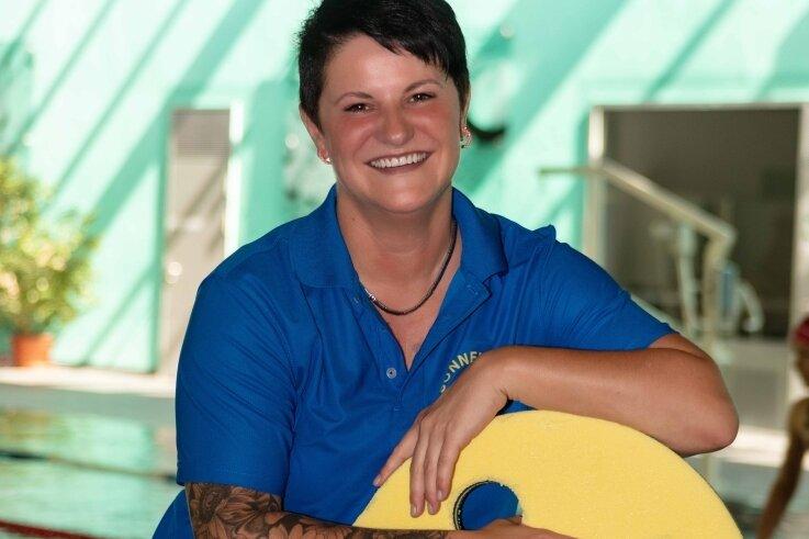 Isabell Kühne, Fachangestellte für Bäderbetriebe aus dem Sonnenbad Schwarzenberg, freut sich, dass es wieder losgeht.
