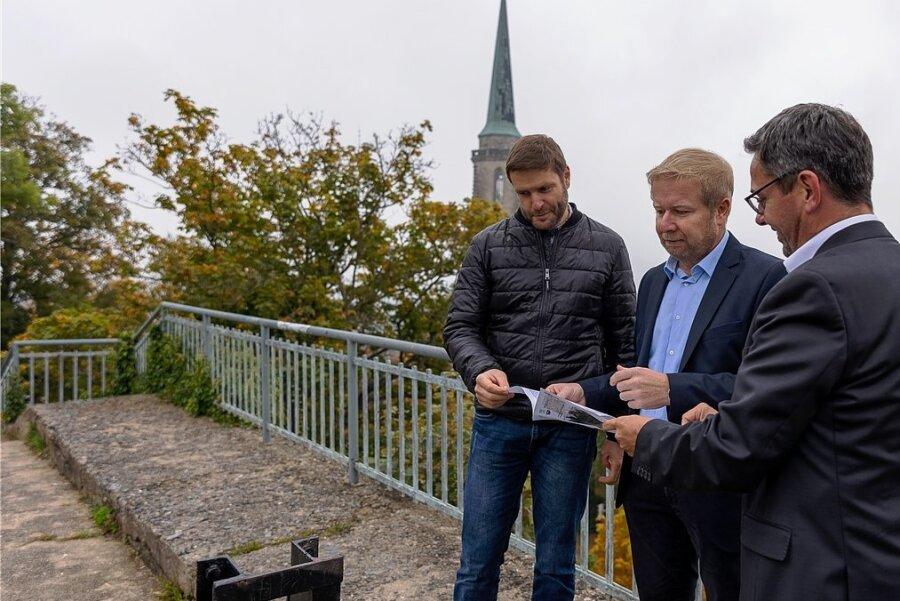 Stadtbaudirektor Thomas Ebert und Bürgermeister Marco Siegemund erläutern dem Landtagsabgeordneten Sören Voigt (von links) auf dem Aussichtsplateau des Falkensteiner Schlossfelsens die Pläne der Stadt zu dessen Sanierung.