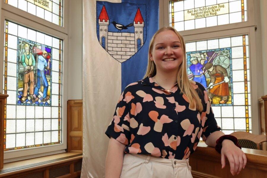 Jasmin Neudeck im Ratssaal des Elsterberger Rathauses. Die neue Auszubildende wird von ihren Kollegen geschätzt und ist bereits voll in die Verwaltungsarbeit integriert.
