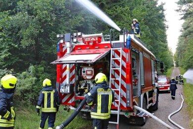 Die Leubnitzer Feuerwehrleute haben am Freitag bei einer Übung im Werdauer Wald den Wasserwerfer auf dem Dach und andere Funktionen ihres neuen Fahrzeuges getestet.