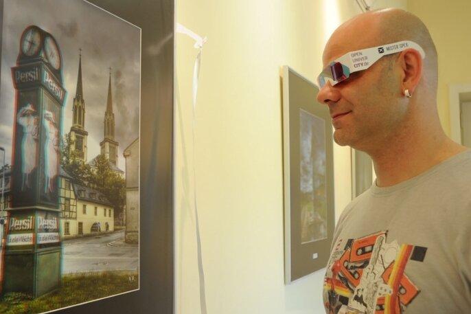 """<p class=""""artikelinhalt"""">""""Das Vogtland in 3D"""" heißt eine Ausstellung von Holger Meyer (im Bild), die im Kurhaus Bad Elster zu sehen ist. In den aufwändigen Techniken 3D und HDR zeigt der 44-jährige Oelsnitzer markante Gebäude der Region. Im Bild die Persiluhr und die Jakobikirche in Oelsnitz in 3D, zu betrachten mit einer Spezialbrille.</p>"""