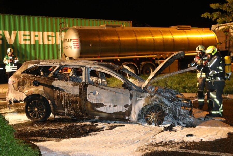 Auto steht auf Autobahnrastplatz bei Wüstenbrand in Flammen