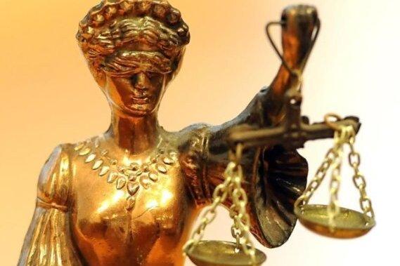 Eine goldfarbene Justitia-Figur.