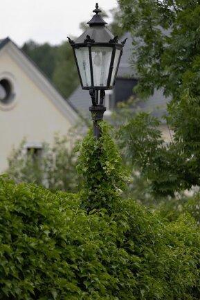 Praktisch, gebogen, rot, gold, grau: Straßenlampen sind so unterschiedlich wie die Stellen, die sie ausleuchten. Wer den Blick in der Kreisstadt nach oben richtet, kann eine Vielzahl unterschiedlicher Varianten entdecken. Im Bild eine kleine Auswahl der Variationen: Straßenlampen an der Lindenstraße, im Herzog-Georg-Ring, am Markt, an der Häuergasse und an der Karlsbader Straße (v. l.). Wie hell die vielen Lampen leuchten müssen, damit alle Vorgaben erfüllt sind, wird im Vorfeld genau berechnet. Die Weihnachtszeit, in der in fast jedem Fenster in Annaberg-Buchholz Schwibbögen mitleuchten, fließt in die Berechnung nicht mit ein.