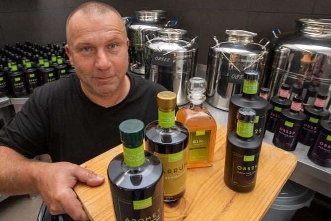 Frank Sommer mit den Spezialitäten aus eigener Produktion: Verschiedene Aronia-Liköre und zwei Sorten vom Aronia-Gin mit einem besonderen Namen.