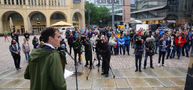 Rund 150 Teilnehmer versammelten sich am Sonntagnachmittag auf dem Chemnitzer Neumarkt bei einer Kundgebung für die bürgerliche Mitte
