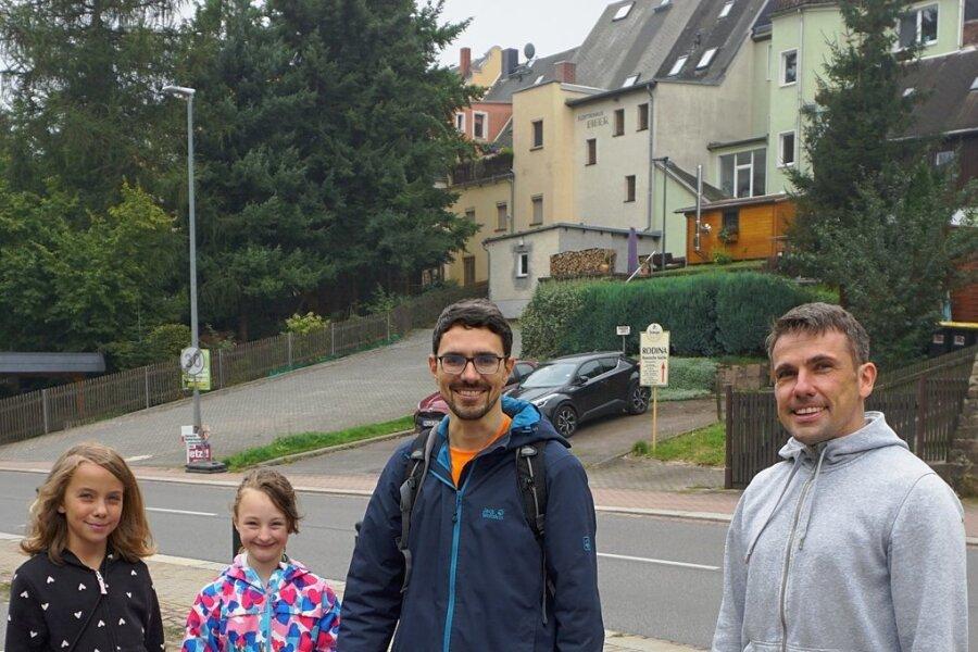 Die Familien Vieweger und Hoffmann haben in knapp zwei Stunden ihre beiden Säcke mit herumliegendem Unrat gefüllt.