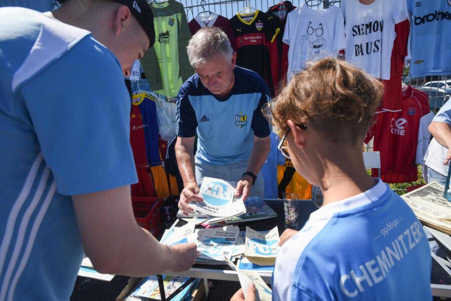 Andrang beim CFC-Flohmarkt: Vier Stunden lang verkauften Fans Utensilien des Vereins.