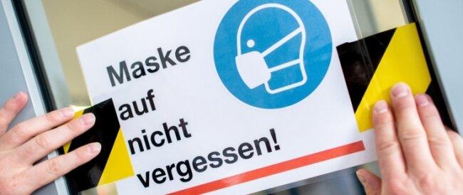 Das Tragen einer Mund-Nase-Bedeckung ist künftig auch an Bushaltestellen und in Einkaufszentren Pflicht.
