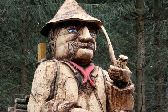 Die Figur (mehr als zwei Meter groß) schuf Andreas Anger, Chef des Bauhofs der Gemeinde Raschau-Markersbach, großteils mit der Motorsäge.