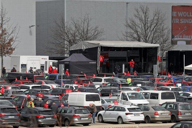 Wegen Corona: Vor dem VW-Werk in Zwickau lief am Freitag die Kundgebung als Autokino ab. Hunderte Autos standen auf dem Parkplatz.