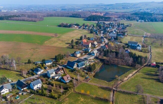 Eine Luftaufnahme von Leukersdorf. Die Grenze, die definiert, wo Bauen erlaubt ist und wo nicht, soll geändert werden. Dadurch erhöht die Gemeinde den baurechtlichen Spielraum.