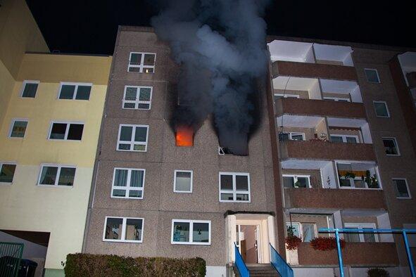 Für den Mann in der lodernden Wohnung im zweiten Stock des Hauses im Schwarzenberger Stadtteil Sonnenleithe kam jede Hilfe zu spät. Die Feuerwehr fand nur eine verbrannte Leiche.